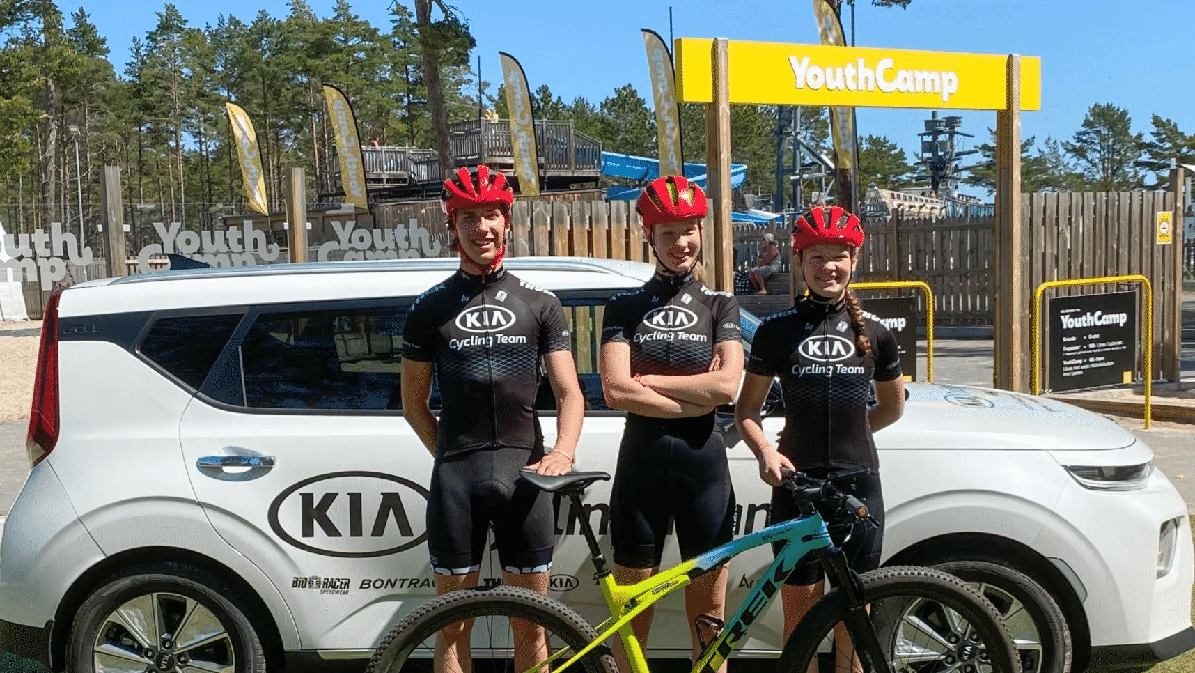 Fabian Birgersson, Thea Härdelin och Iza Härdelin i Kia Cycling Team framför teamets Kia e-Soul på Böda Sand, Öland.